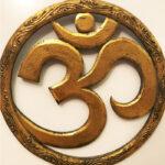 OM szimbólumos fali függő fából faragva arany 30 cm átmérő
