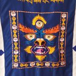 Hímzett-Mahakála-mantrás-és-sziluettes-tibeti-buddhista-ajtófüggöny